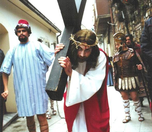 VIa Crucis di Barile (PZ): Cristo con croce affiancato dal Cireneo