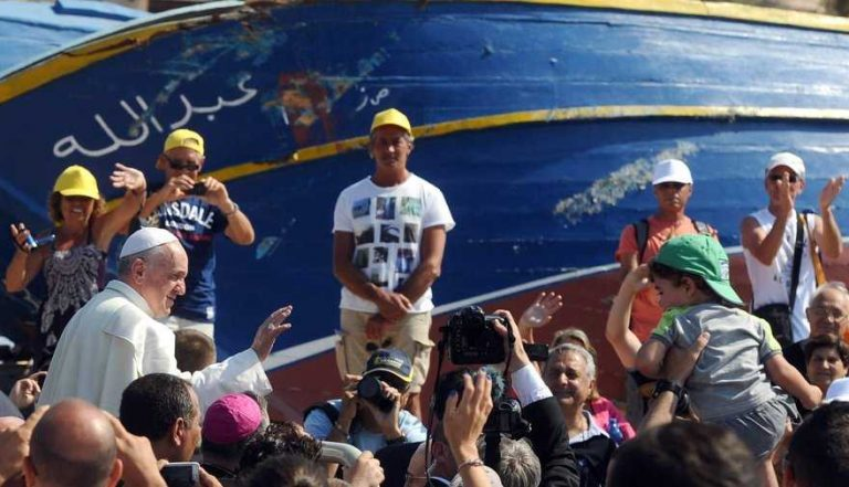 Papa Francesco benedice i migranti a Lampedusa