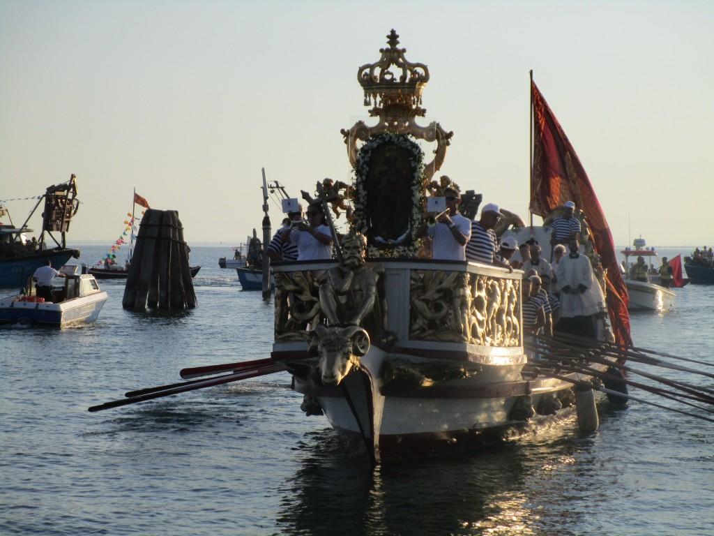 """La sacra Icona della Beata Vergine sulla barca a remi """"la Bissona"""""""